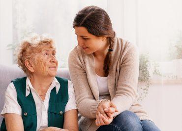¿Cuánto cobra una cuidadora de personas mayores?